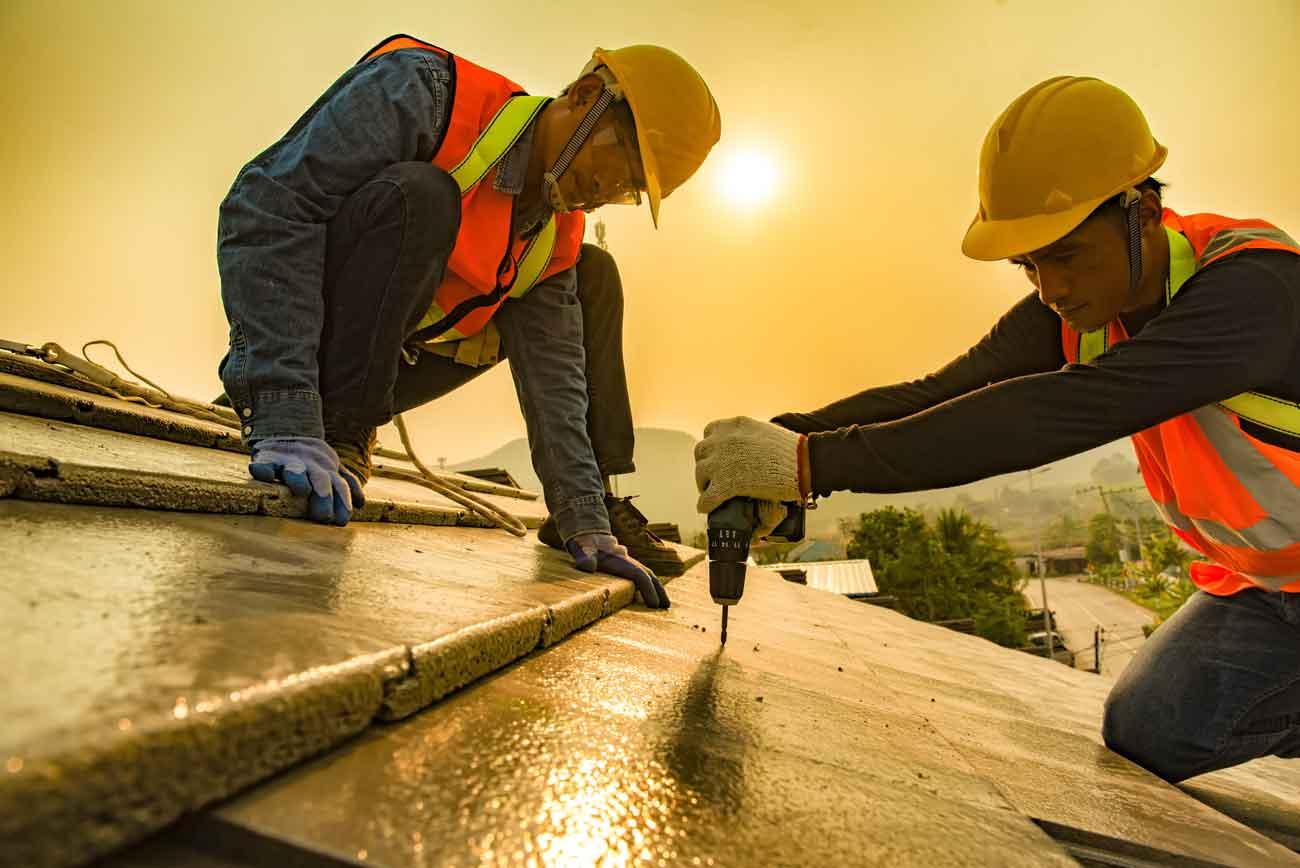 Bauspengler bei der Arbeit